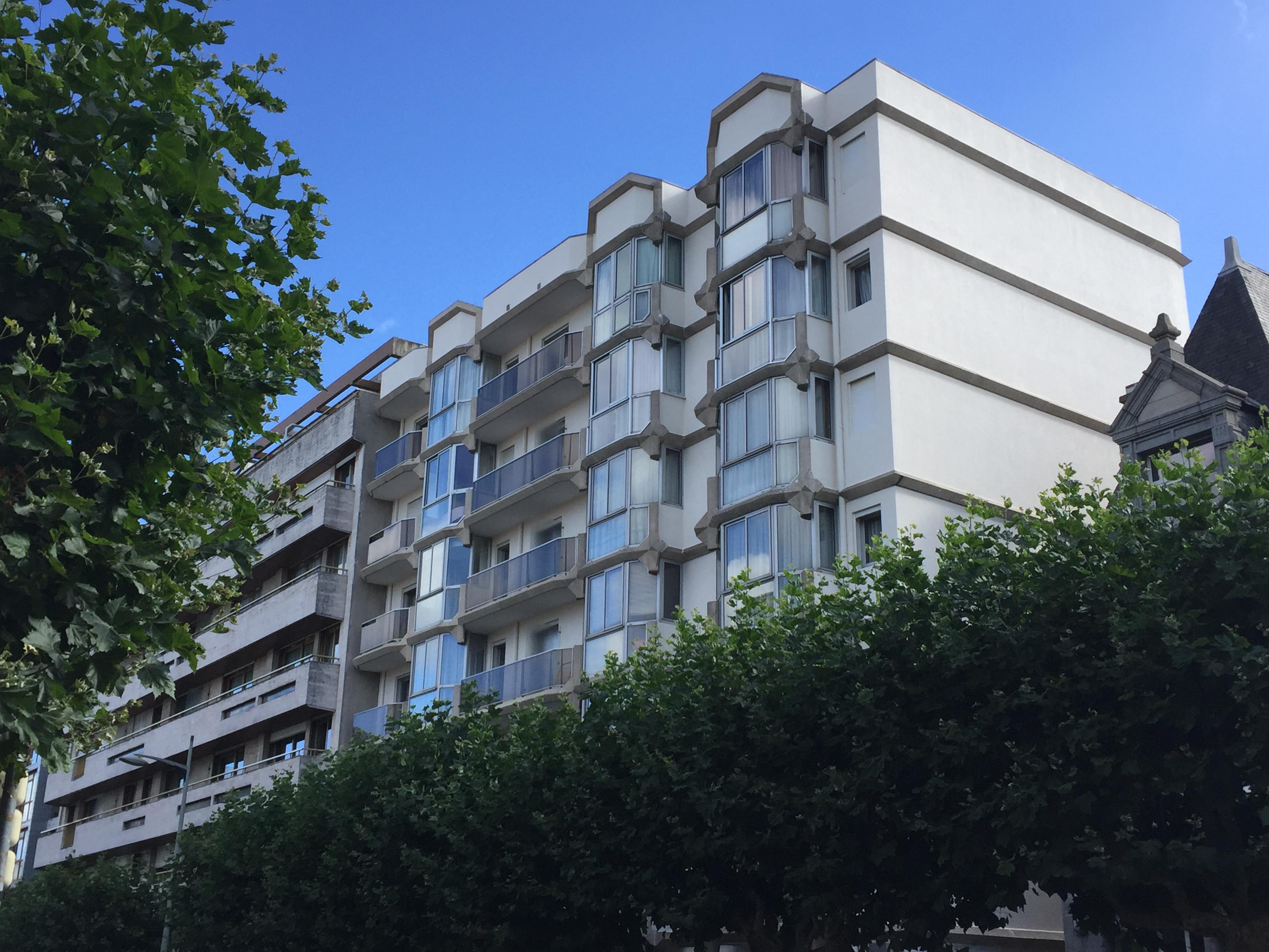 Facade pierre apparente balcon rue vide gousset rfection duune faade piquage de luenduit - Ravalement de facade pierre apparente ...